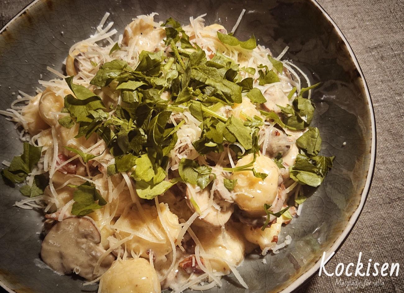 Gnocchi med bacon, svamp och grädde