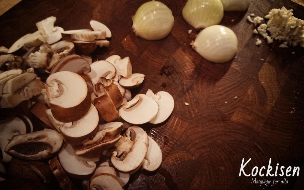 Lök och vitlök hackas, svampen skivas